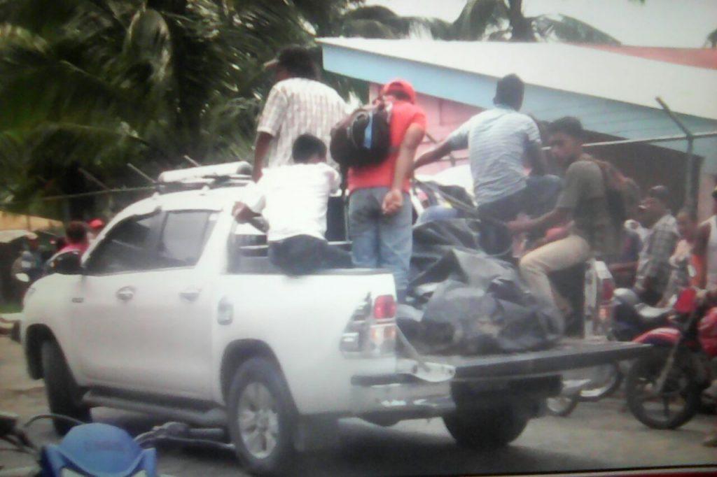Los cuerpos de los 4 mineros fueron trasladados en una camioneta