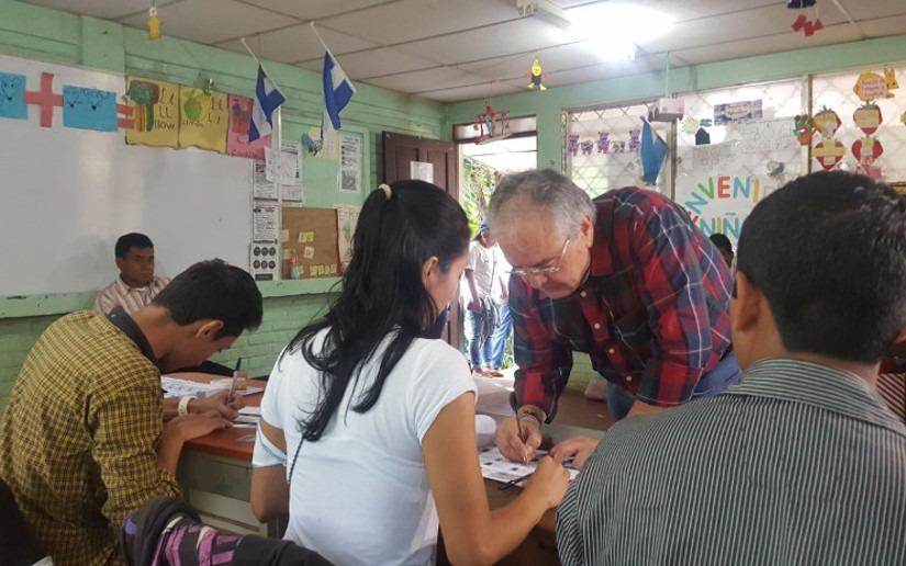 Gustavo Porras, Presidente de la Asamblea Nacional, ejerce su derecho al voto