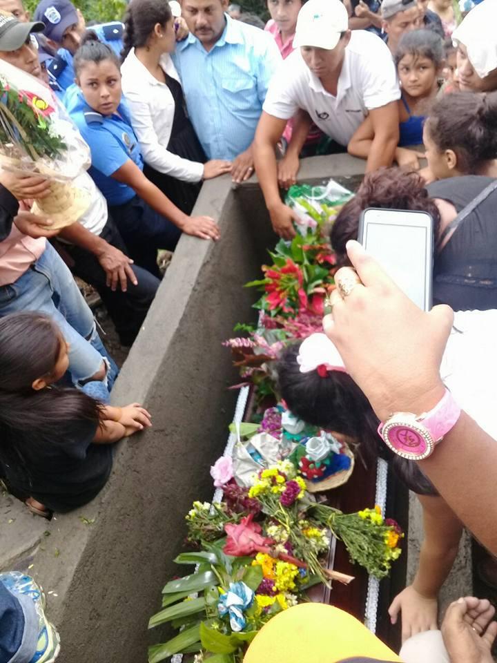 Familiares dieron el último adiós a la policía Darling Domitila Méndez Cerda