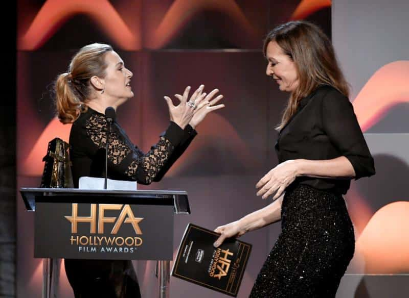 Kate Winslet y Allison Janney sobre el escenario
