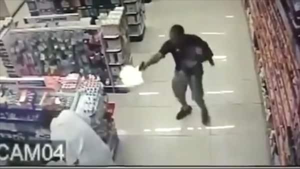 Policía con un bebé en brazos se enfrenta a balazos con delincuentes