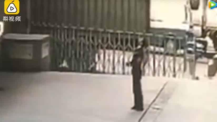 Guardia muere aplastado al intentar salvar a una suicida #VIDEO