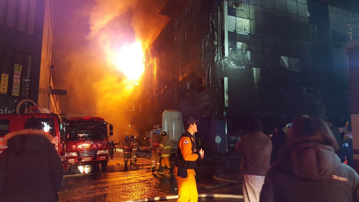 Al menos 29 muertos por incendio en gimnasio en Corea del Sur