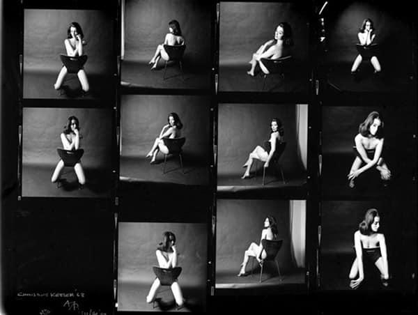Christine Keeler, en una reconocida producción fotográfica que la inmortalizó, en 1963, poco antes de que estallara el escándalo