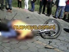 Los os Los motociclistas aventajaron una camioneta y terminaron estrellándose de frente