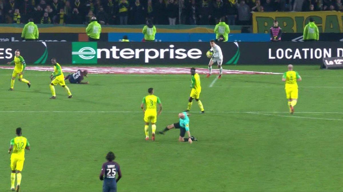 Un árbitro le pegó a un jugador y lo expulsó — Insólito