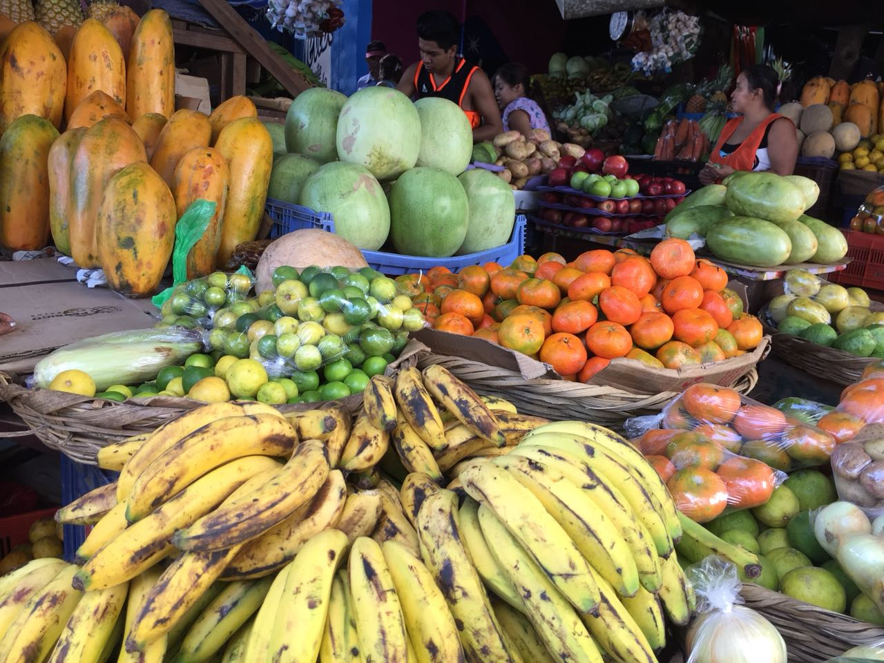 Frutas nicaragüenses en el mercado Israel Lewites de Managua