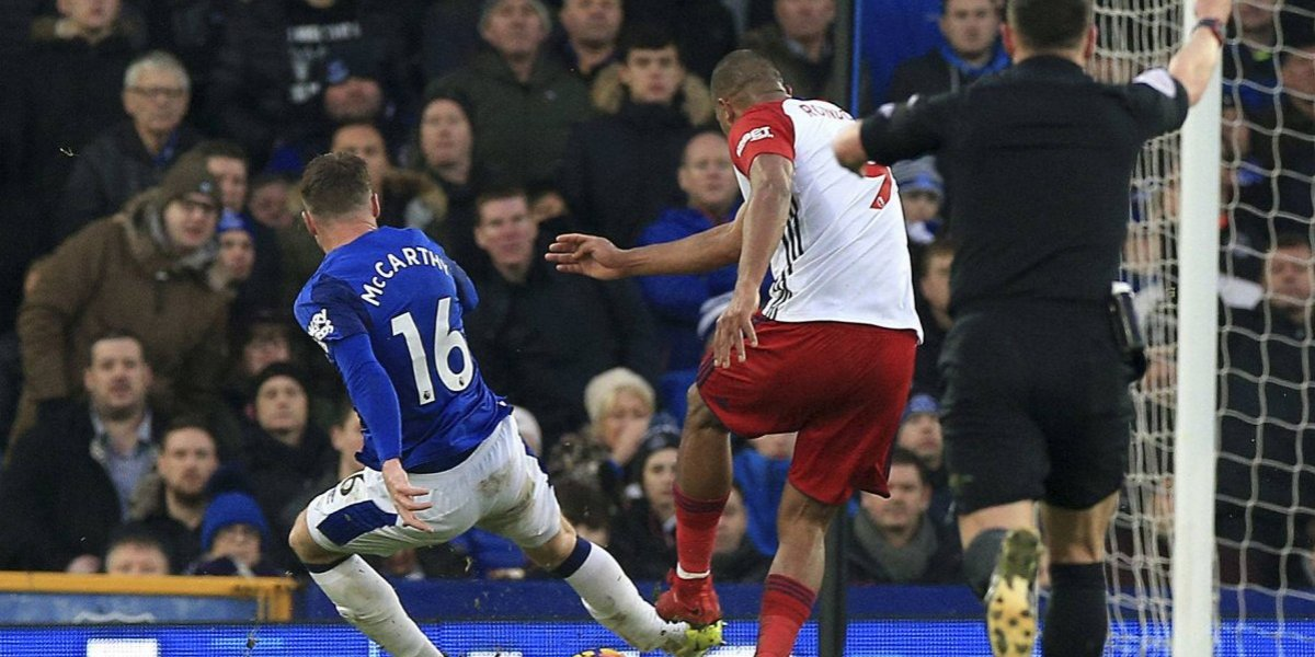 Salomon Rondon lesionó a James McCarthy