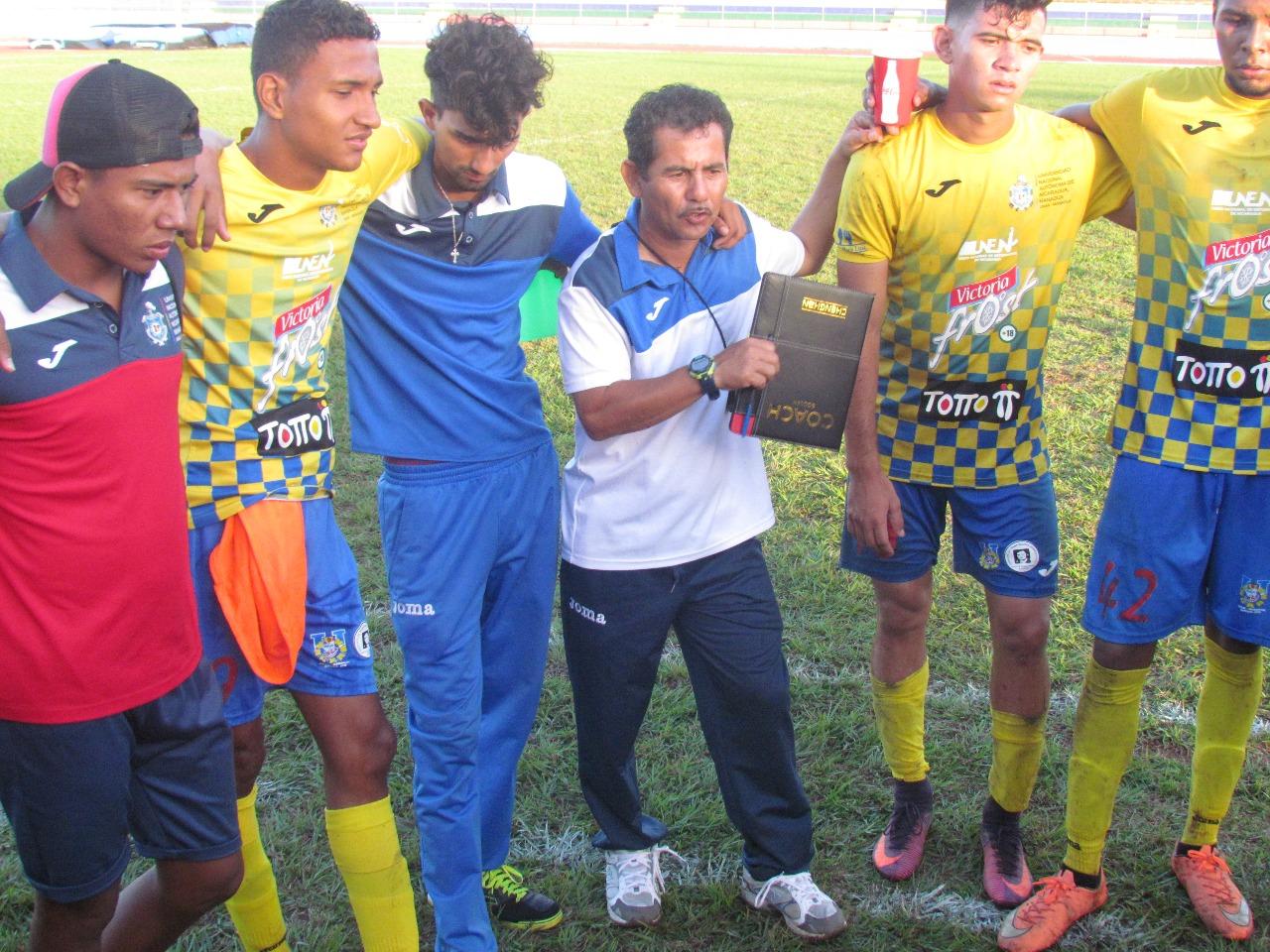 Luis Vega al centro de la foto