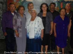 Doña María Luisa Nolazco de Vílchez junto a sus hijos