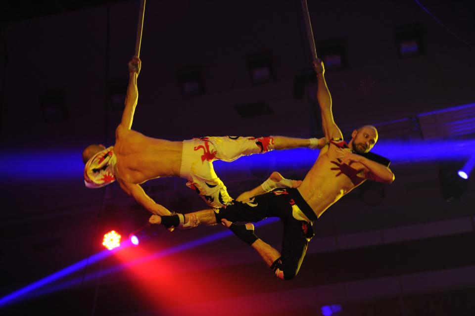 El impactante momento en que acróbata cae durante actuación en circo