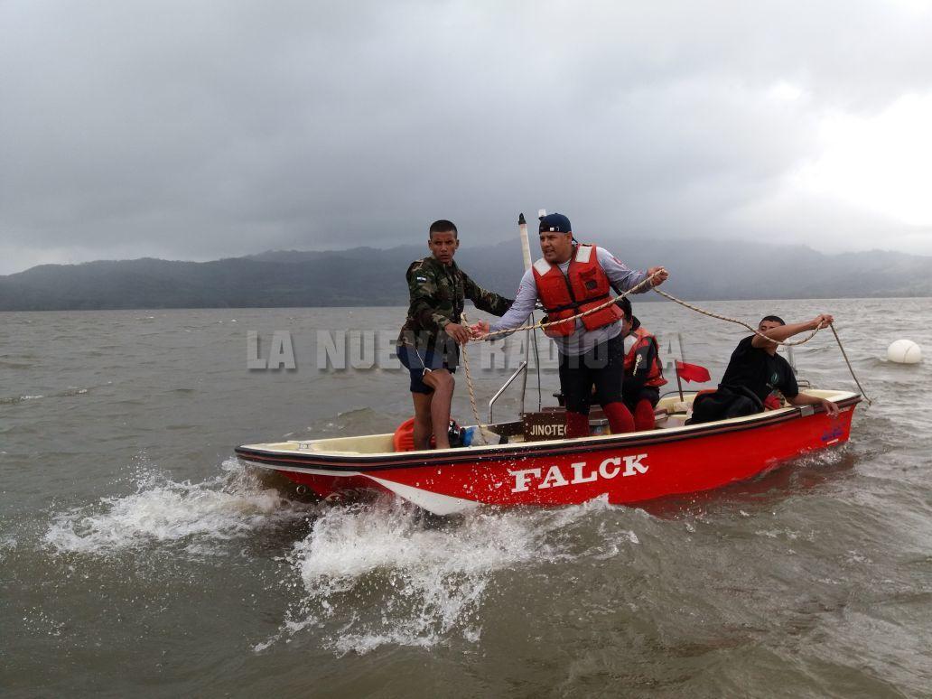 Buzos de la Fuerza Naval de Nicaragua en el Lago de Apanás