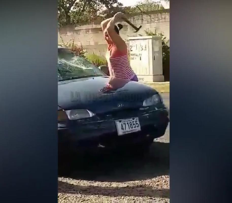 Señora le destruye automóvil a viejo rabo verde en Costa Rica