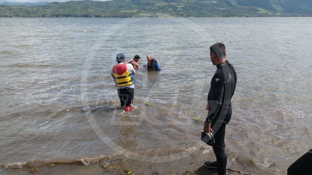 Momentos en que es sacado del agua el cadáver en Apanás