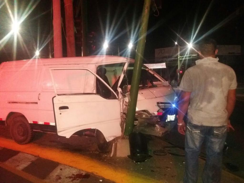 El conductor se estrelló contra el semáforo del antiguo Hospital Militar