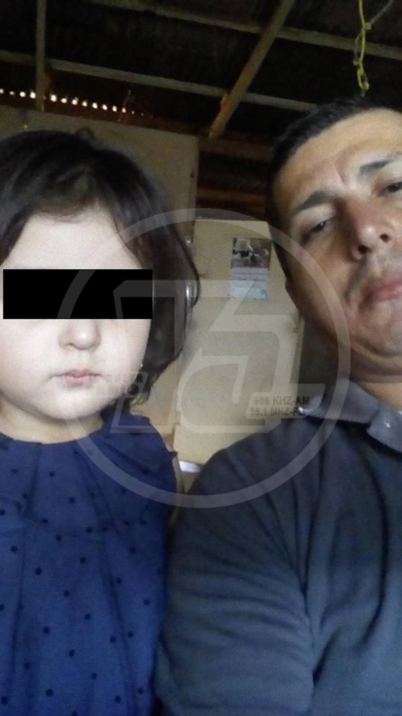 El taxista Gerald Peralta junto a una de sus hijas