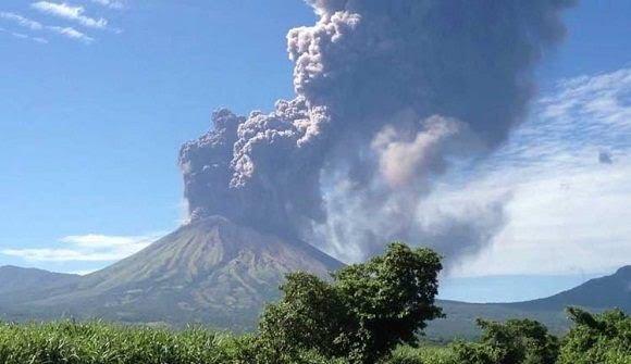 Volcán San Cristobal hace erupción