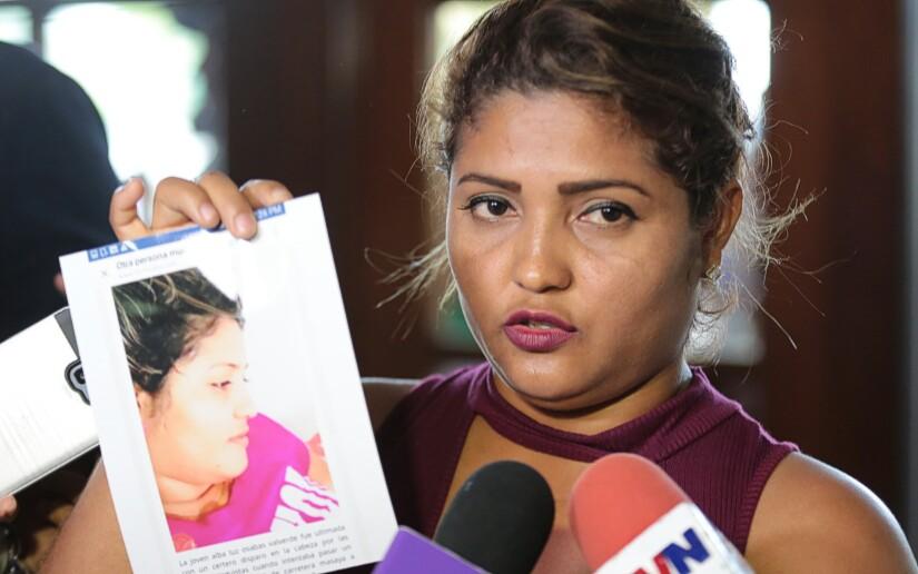 Con fotos en mano sobre los estragos en su local y de las publicaciones circuladas en redes sociales