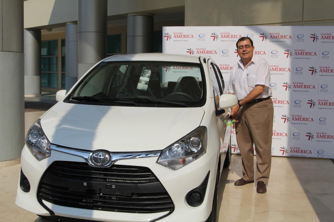 Carlos Rigoberto Canales Somarriba recibiendo su carro nuevo de paquete