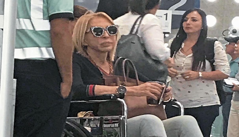 Laura Bozzo es captada en silla de ruedas