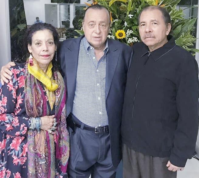 El pastor puertorriqueño Jorge Raschke junto a Daniel Ortega y Rosario Murillo