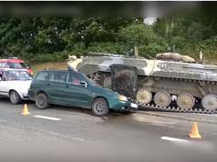 Un vehículo blindado aplastó a un automóvil en Bielorrusia y su conductor sobrevivió