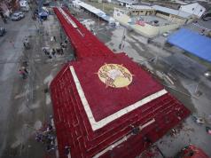 Ecuador construye réplica de antigua pirámide con rosas