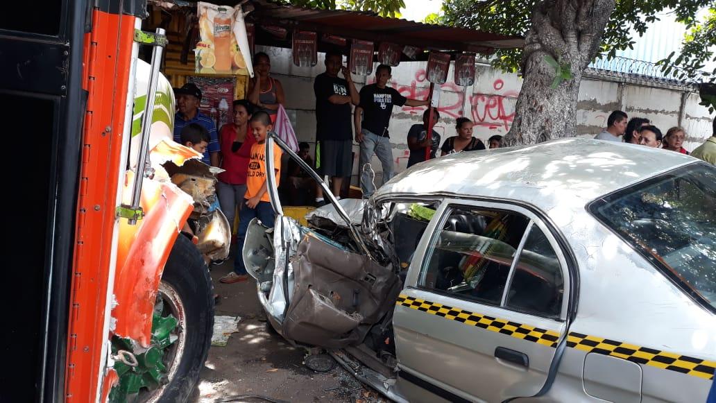 Choque brutal entre taxi y autobús en Managua