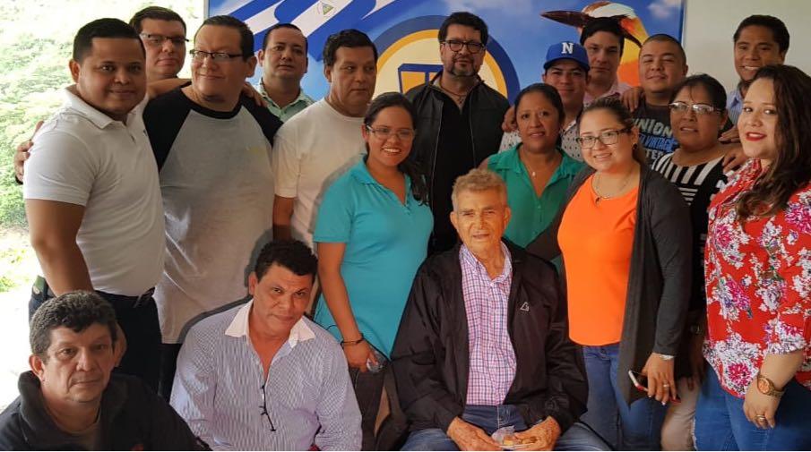 Familia de Tu Nueva Radio YA celebrando 85 cumpleaños Don Otto de La Rocha