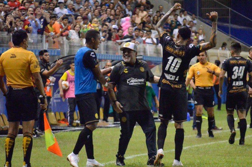 Dorados triunfaron de la mano de Maradona