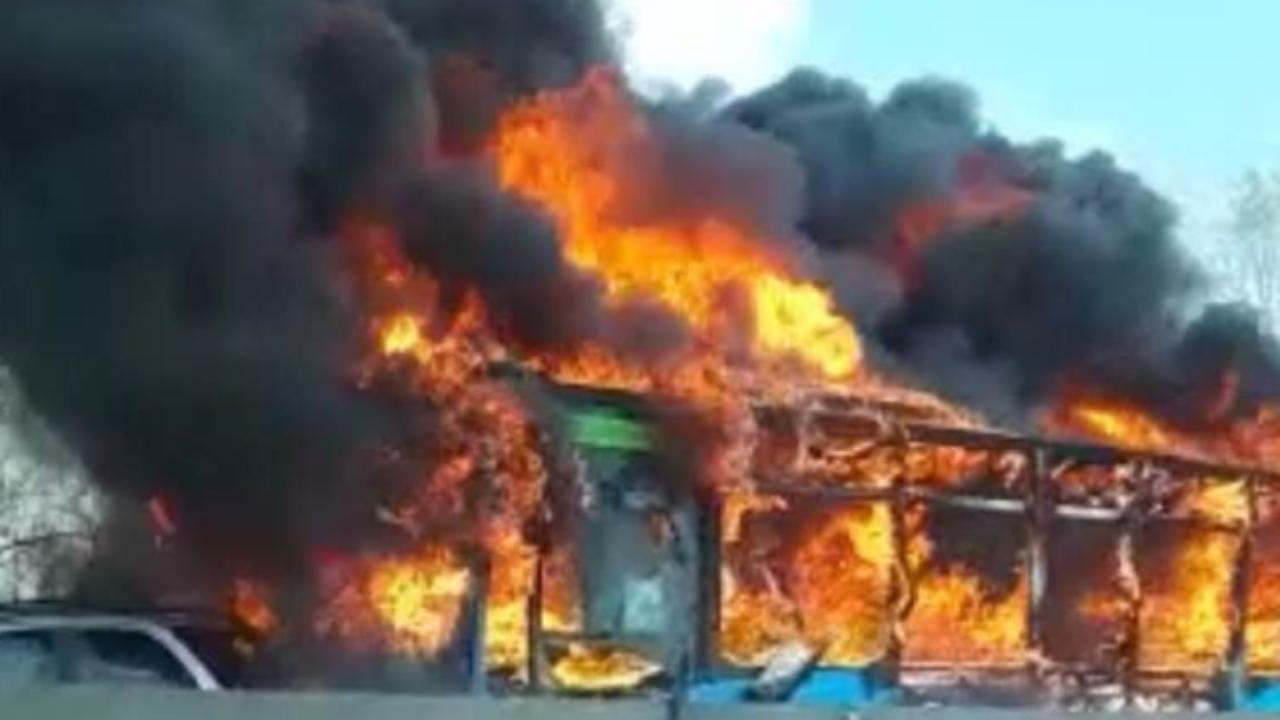 Resultado de imagen para conductor quema un bus italia