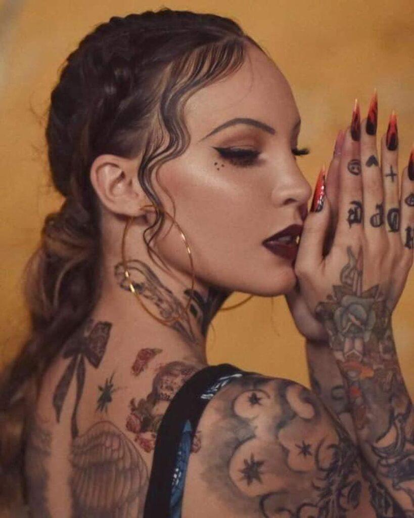Belinda se tatuó todo el cuerpo