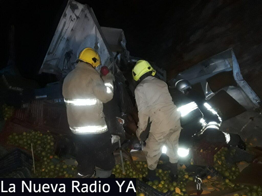 Dos nicas murieron y dos resultaron heridos al volcarse un camión cargado de naranjas en Honduras