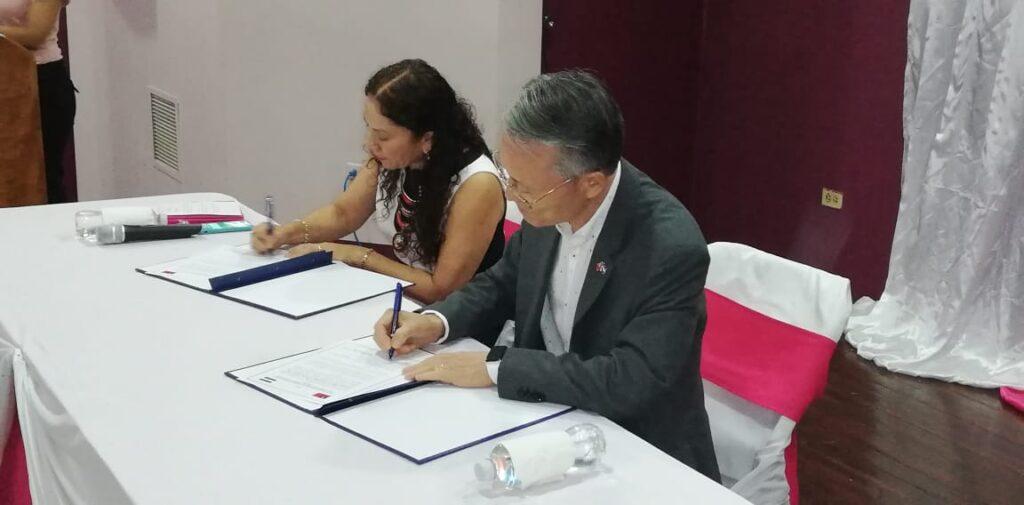 La ministra de salud Sonia Castro y el embajador de China-Taiwán Jaime Wu