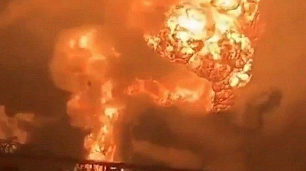 Un incendio provoca una impactante explosión en una refinería en Filadelfia