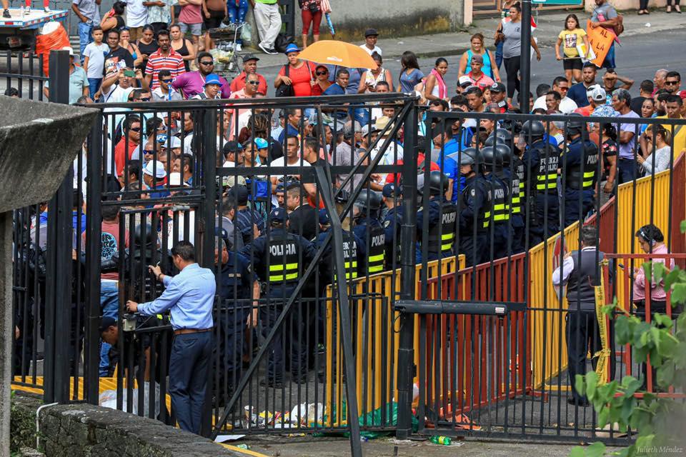 Manifestantes penetran en casa presidencial de Costa Rica. jpg