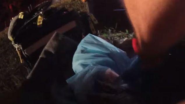 El bebé tras ser rescatado de la bolsa de plástico.