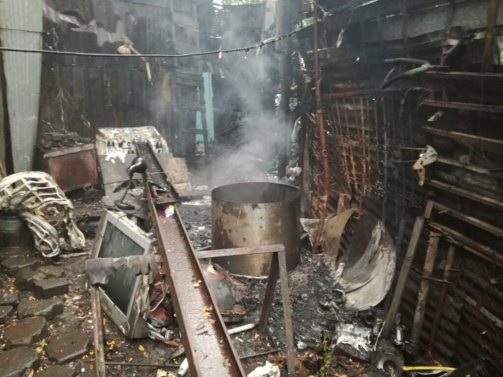 El incendio fue causado por personas desconocidas que intentaron robar el negocio