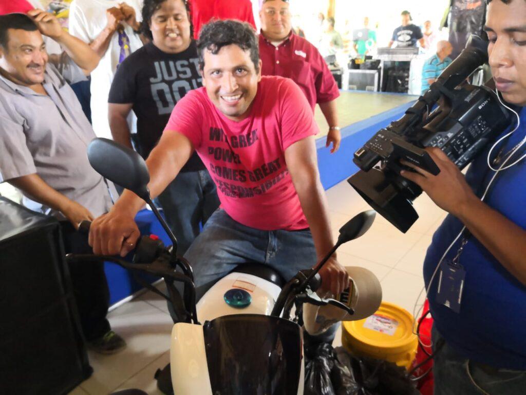Luis Mora Altamirano, ganador de motocicleta