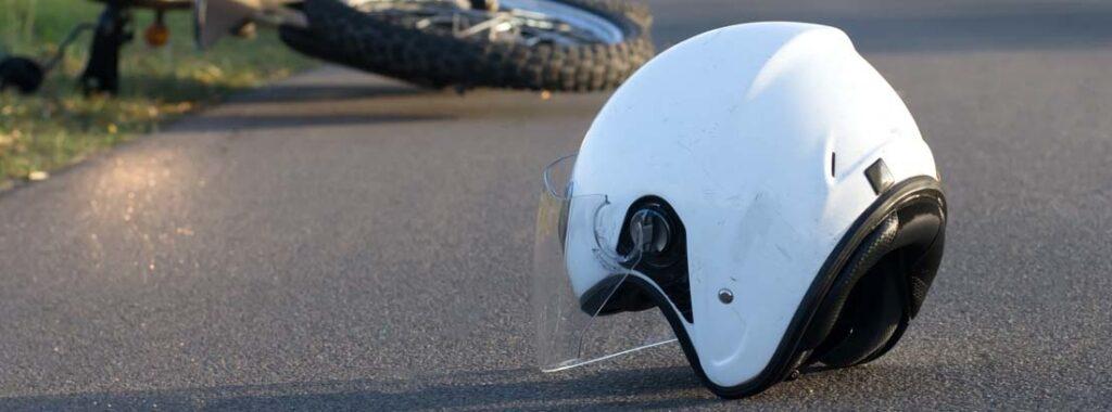 Imagen Referencial, casco de motocicleta en un accidente de tránsito