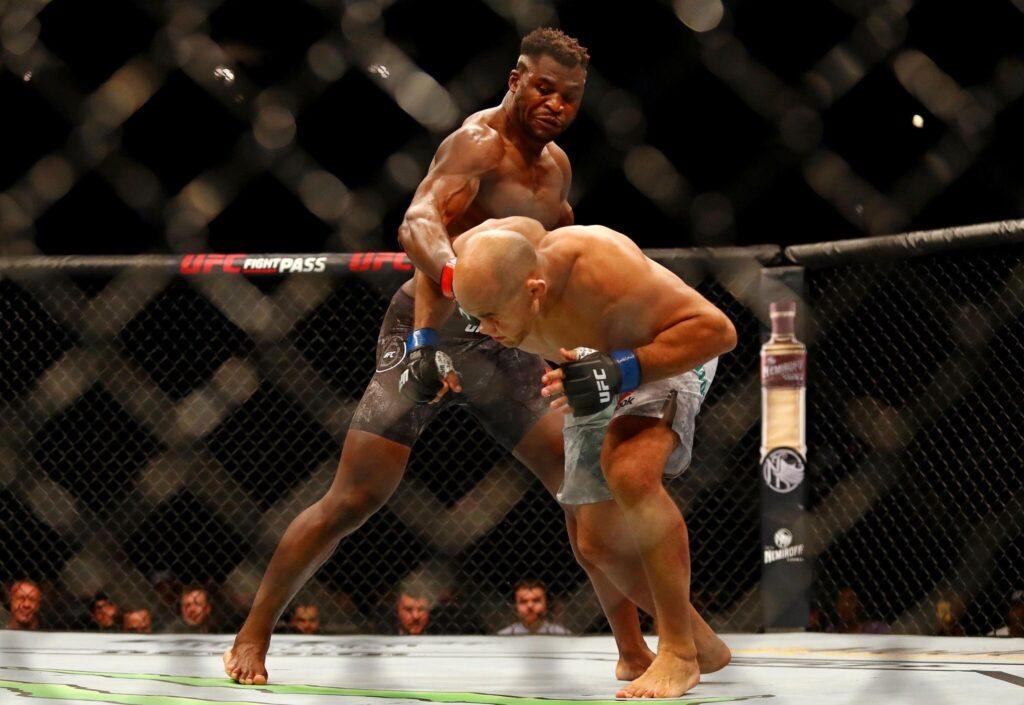 En apenas un minuto, Francis Ngannou demostró su poderío y derrotó a Junior Dos Santos