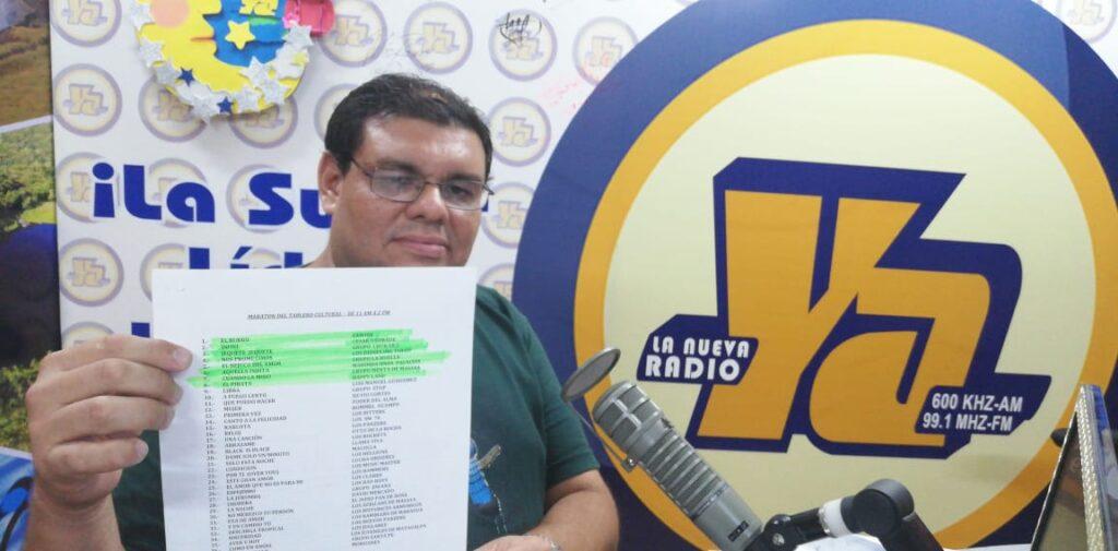 Milton Talavera mostrando su programación musical