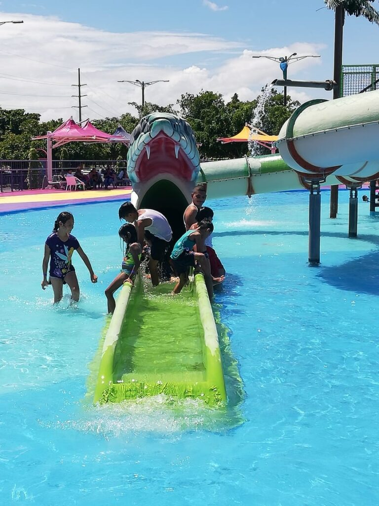 Feliz los niños disfrutando del Parque