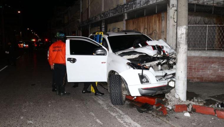 Esta es la camioneta que impactó la moto de los compatriotas y terminó estrellándose contra un poste de luz. Foto Cortesía