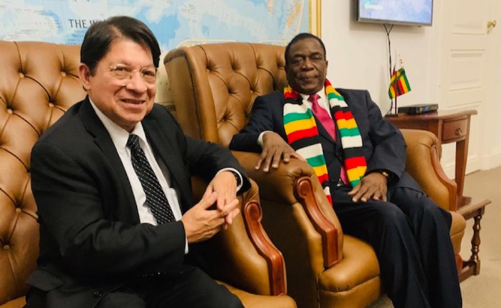 El canciller Denis Moncada y el presidente de Zimbabue Emmerson Mnangagwa
