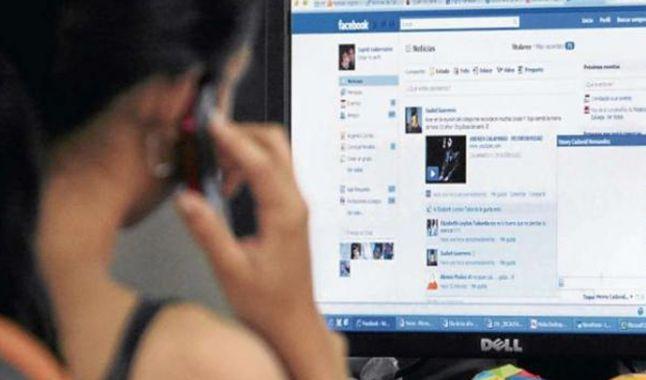 Una adolescente en Facebook, imagen referencial