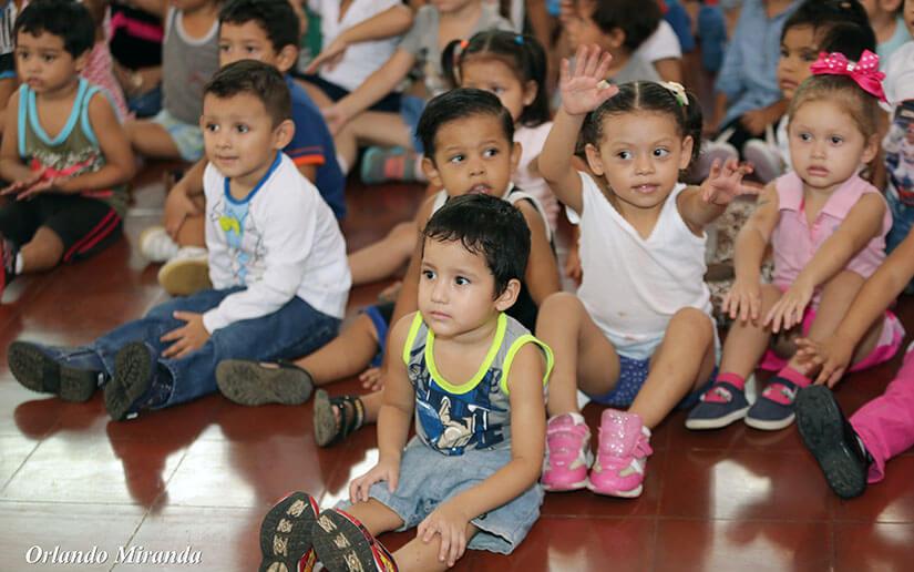 Un grupo de niños del Centro de Desarrollo Infantil Mildred Abaunza disfrutan de una mañana de cine infantil