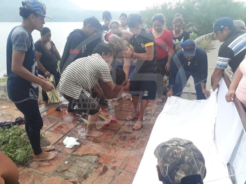Momentos en que rescatan el cuerpo sin vida de Maycol Díaz