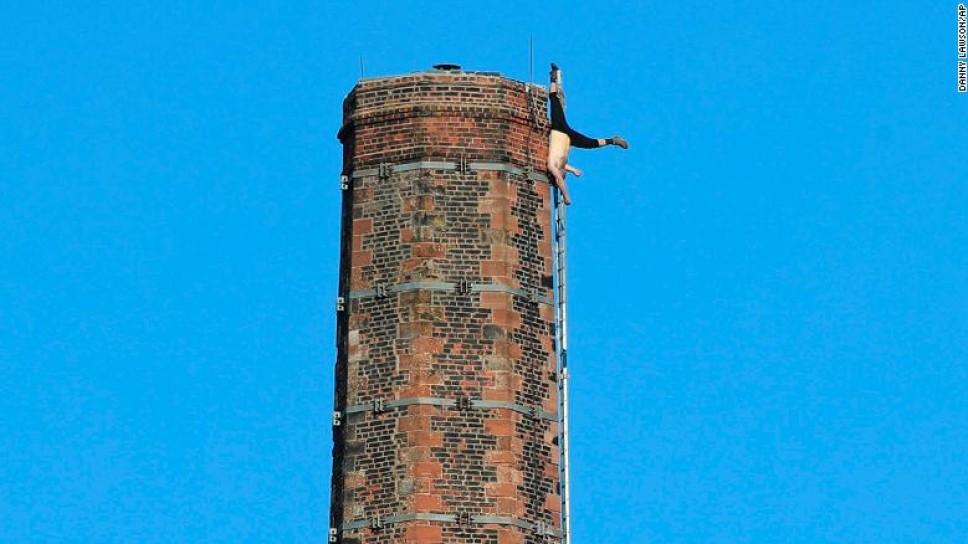 Hombre cae de chimenea en Inglaterra