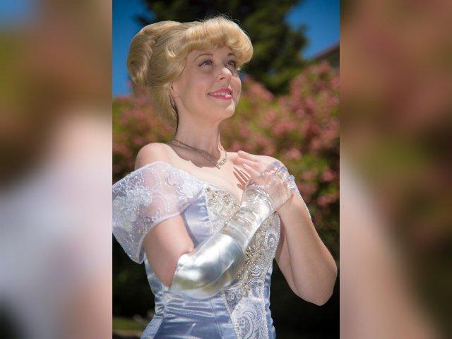 Mandy Pursley la Cenicienta real con un brazo de cristal